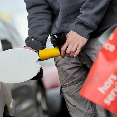 Un homme fait le plein d'essence de son véhicule à Auxerre (Yonne), le 23 mai 2016. (MAXPPP)
