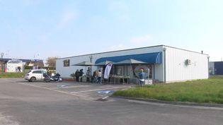 Marché de producteurs sur la parking de cette discothèque fermée pour cause de covid. (CAPTURE D'ÉCRAN FRANCE 3)