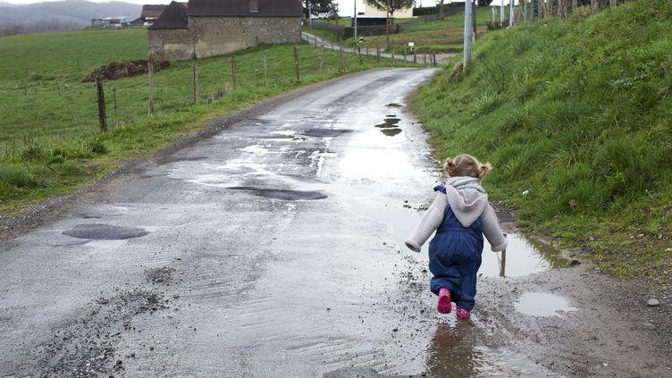 Un enfant, seul, sur une route. Photo d'illustration. (ANNE-SOPHIE BOST / MAXPPP)