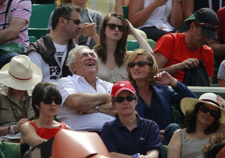 Dominique Strauss-Kahn et Myriam L'Aouffir, le 8 juin 2013 à Paris, au stade Roland-Garros. (VINCENT KESSLER / REUTERS)