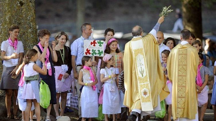 Mgr Deniau célèbre la messe de l'Assomption à Lourdes, samedi 15 août 2009 (© AFP - Jose Navarro)