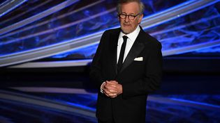 Le réalisateur Steven Spielberg sur scène pendant la cérémonie des Oscars au théâtre Dolby à Hollywood, le 9 février 2020 (MARK RALSTON / AFP)