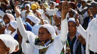 """Des Israéliennes de la communauté juive éthiopienne prient pendant la fête de Sigd marquant le désir de """"retourner à Jérusalem"""". Mont du Temple, Jérusalem, le 27 novembre 2019. (GALI TIBBON / AFP)"""
