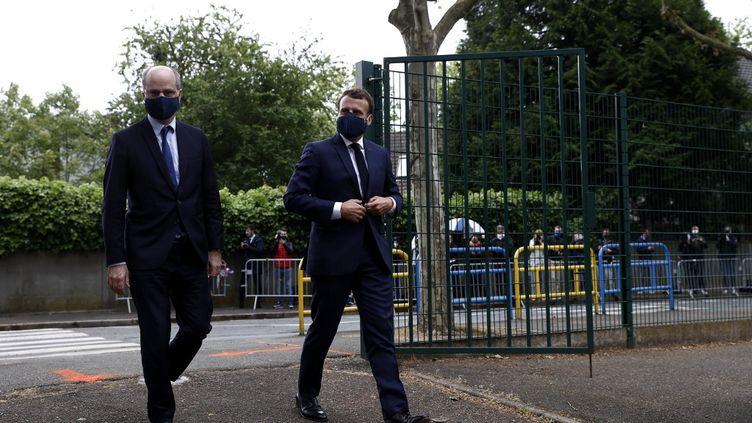 Le chef de l'Etat Emmanuel Macron et le ministre de l'Education nationale arrivent à Poissy (Yvelines), le 5 mai 2020. (IAN LANGSDON / AFP)