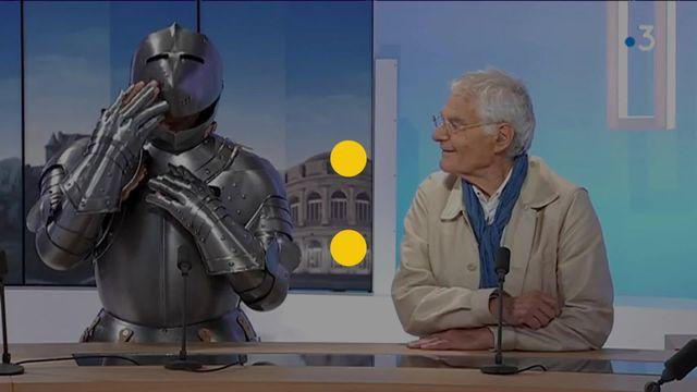 L'artiste performeur s'est lancé un nouveau défi artistique et physique : sillonner la Bretagne à pied, en plein été, vêtu d'une armure de chevalier.