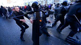 Un policier russe frappe un manifestant, le 23 janvier 2021 à Vladivostok (Russie). (PAVEL KOROLYOV / AFP)