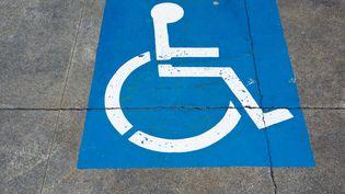 A Roquefort (Lot-et-Garonne), des riverains s'en sont pris à leur maire, accusé de s'être garé sur une place réservée aux personnes handicapées, samedi 8 août 2015. (ROB CASEY / IMAGE SOURCE / AFP)
