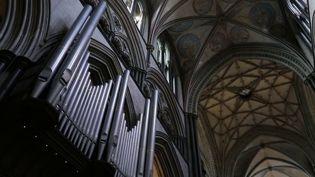 Série d'été sur les plus belles cathédrales de la planète. Direction le sud de l'Angleterre, lundi 10 août, pour contempler une merveille de l'architecture gothique : l'édifice de Salisbury, vieux de 800 ans. (France 2)