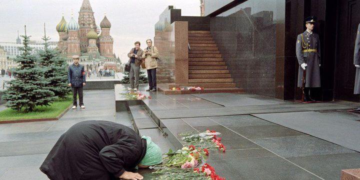 Une vieille femme baisant les marches du mausolée en 1991, alors que l'Union soviétique n'est plus.   (AFP photo / Vitaly Armand )