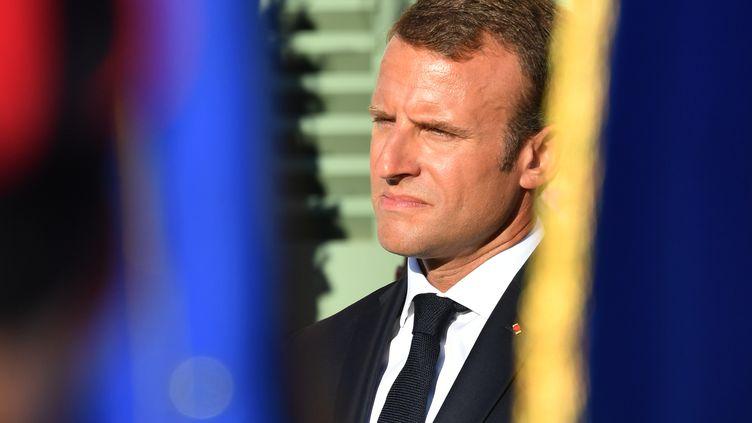 Le président Emmanuel Macron assiste à une cérémonie à l'occasion du 74e anniversaire de la libération de Bormes-les-Mimosas (Var), le 17 août 2018. (YANN COATSALIOU / AFP)