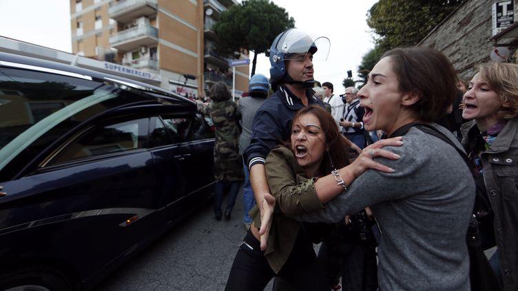 Des militantes antifascistes sont bloquées par la police au passage du corbillard transportant la dépouille du SS Erich Priebke, à Rome (Italie), le 15 octobre 2013. (REUTERS )