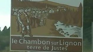 """C'est un simple panneau qui crée la polémique: il rappelle que le Chambon-sur-Lignon (Haute-Loire) est une terre de """"Justes"""", mais sur place, certains dénoncent une récupération touristique. (FRANCE 3)"""