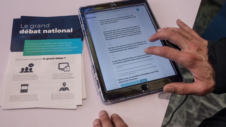 Un homme répond au questionnaire en ligne du grand débat national, à Nantes (Loire-Atlantique), en février 2019. (J?R?MIE LUSSEAU / HANS LUCAS)