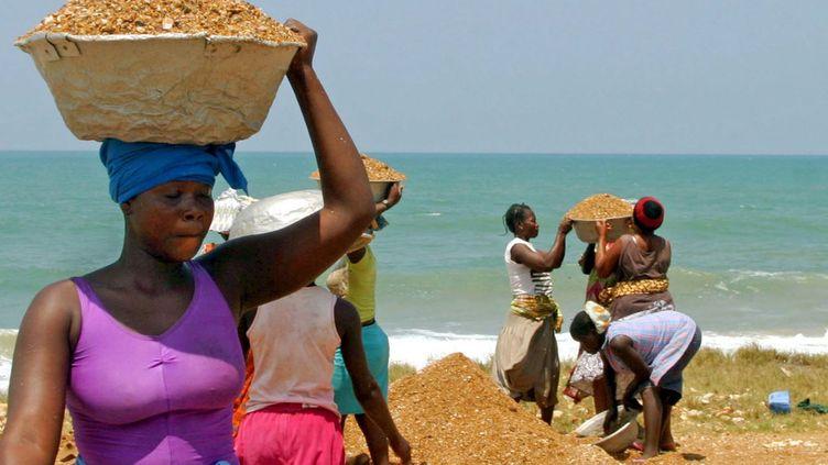Photo d'illustration. Des femmes togolaises ramassent du gravier dans une carrière à 30 km de Lomé.  (Photo Reuters)