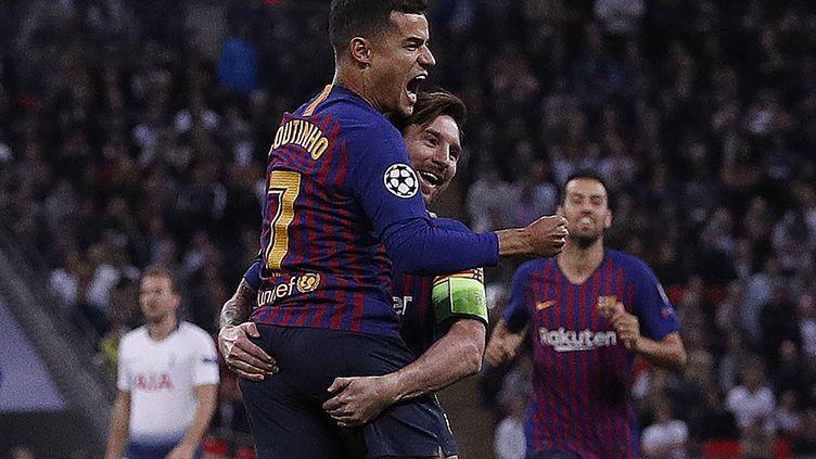 La joie de Coutinho avec Lionel Messi devant Harry Kane (ADRIAN DENNIS / AFP)