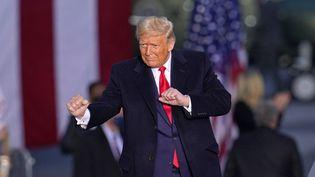 """Donald Trump danse sur la chanson """"YMCA"""" du groupe Village People le 26 octobre 2020, durant un meeting à Martinsburg, en Pennsylvanie. (GENE J. PUSKAR / AP / SIPA)"""