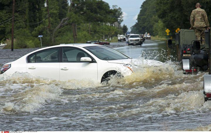 Une voiture est abandonnée aux éléments, dimanche 14 août 2016, près de Holden, dans l'Etat américain de Louisiane. (MAX BECHERER / AP / SIPA)