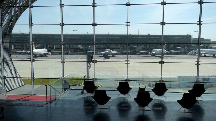 Un terminal vide de l'aéroport Charles-de-Gaulles, à Roissy-en-France (Val-d'Oise), le 12 mai 2020. (ERIC PIERMONT / AFP)
