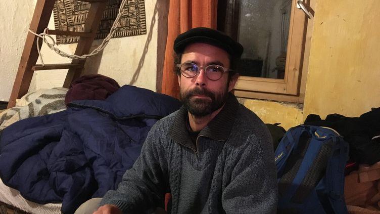 Cédric Herrou, âgé de 37 ans, héberge et aide les migrants en difficulté qu'il rencontre dans sa vallée. (SIMON GOURMELLET / FRANCEINFO)