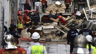 Des équipes de recherche et de secours s'activent dans les décombres des immeubles qui se sont effondrés, à Marseille, le 5 novembre 2018. (GERARD JULIEN / AFP)