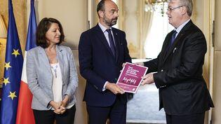 Le Premier ministre Edouard Philippe (au centre), avec la ministre de la Santé, Agnès Buzyn (à gauche) et le Haut-commissaire aux retraites, Jean-Paul Delevoye (à droite), le 18 juillet 2019 à Paris. (KENZO TRIBOUILLARD / AFP)