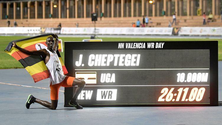 L'Ougandais Joshua Cheptegei bat le record du monde du 10 000 m (JOSE JORDAN / AFP)