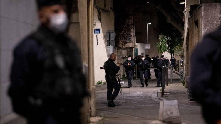 Des policiers sur les lieux du meurtre, le 5 mai 2021 à Avignon (Vaucluse). (CLEMENT MAHOUDEAU / AFP)