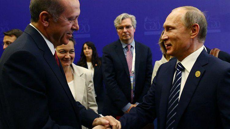 Les présidents turc, Recep Tayyip Erdogan, et russe, Vladimir Poutine, se donnant une vigoureuse poignée de main, le 16 novembre 2015 lors du sommet du G20 à Antalya, en Turquie. Huit jours avant l'incident aérien qui allait bouleverser leurs relations. (Kayhan Ozer / Anadolu Agency)