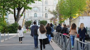 Des lycéens du lycée Fénelon-Notre Dame de La Rochelle (Charente-Maritime), le 14 avril 2014. (XAVIER LEOTY / AFP)