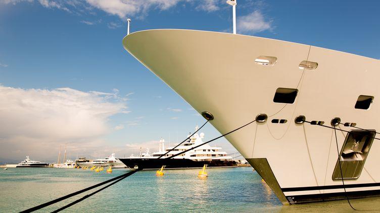 Un yacht amarré dans le port d'Antibes (Alpes-Maritimes), le 3 mai 2013. (PATRICE COPPEE / AFP)