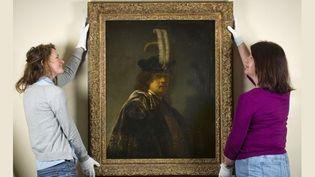 L'autoportrait authentifié de Rembrandt, sous l'oeil de deux membres de la fondation National Trust, Cirsty Jones et Patricia Burtnyk, à Yelverton, dans le Devon, dans le sud-ouest de l'Angleterre (18/03/2013)  (Steven Haywood / The National Trust / AFP)