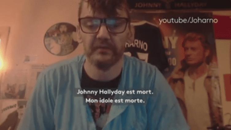 Un internaute rend hommage à Johnny Hallyday dans une vidéo Youtube, le 6 décembre 2017,peu après la mort du chanteur. (Capture écran Youtube /  Joharno)