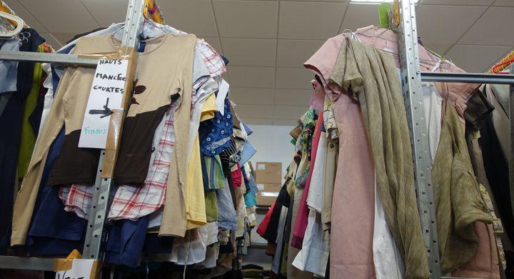Dans l'atelier parisien de Bis Boutique Solidaire, les vêtements d'été vont bientôt rejoindre les portants des boutiques  (Corinne Jeammet)