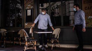 Les propriétaires d'un café parisien, le 2 juin 2020. (MARTIN BUREAU / AFP)