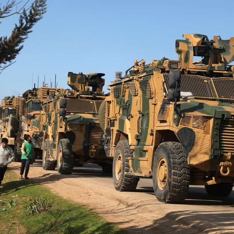 Un convoi militaire turc près de Batabou, en Syrie, le 2 mars 2020. (AAREF WATAD / AFP)