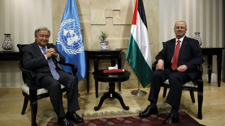 Le secrétaire général de l'ONU, António Guterres (gauche), reçu par le Premier ministre palestinien Rami Hamdallah (droite), le 29 août 2017 à Ramallah. (MOHAMAD TOROKMAN / POOL)