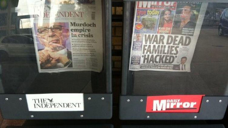 Confrères britanniques du News of the World évoquant les derniers développements de l'affaire d'écoutes... (AFP - Tung Ng - EyePress)