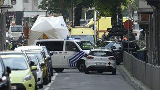 Quelques minutes après l'assaut, le quartier autour du lycée Waha de Liège (Belgique) a été complètement bouclé, mardi 29 mai 2018. (JOHN THYS / AFP)