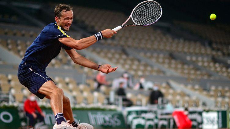Daniil Medvedev lors du deuxième tour de Roland-Garros 2021. (MARTIN BUREAU / AFP)