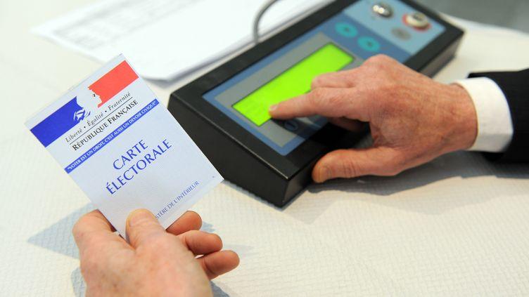 Vote électronique pour le premier tour des départementales, à Brest, le 22 mars 2015. (FRED TANNEAU / AFP)