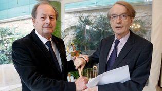 Jean-Marie Rouart (G) remet à Patrick Grainville (D) le 18 février 2019 son épée d'académicien, avant son intronisation à l'Académie française le 21 du même mois,  (FRANCOIS GUILLOT / AFP)