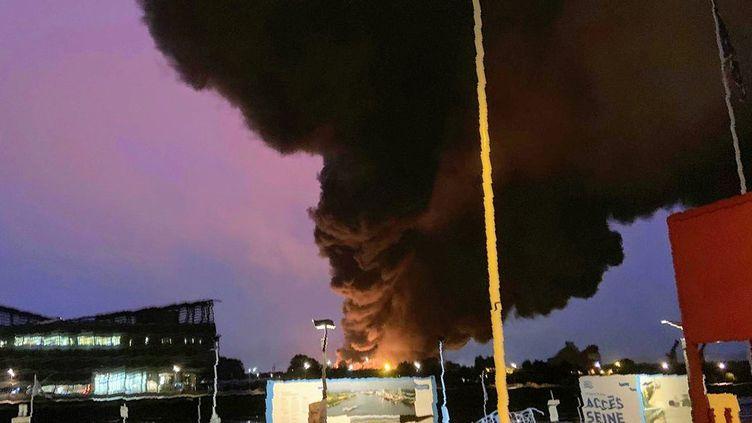 De la fumée s'élève au-dessus de l'usine Lubrizol touchée par un incendie, le 26 septembre 2019, à Rouen (Seine-Maritime). (JOCELYN MORAS / AFP)