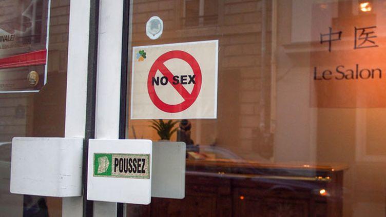 (Devant la prolifération des salons de massage dissimulant de la prostitution, certains salons affichent la couleur en vitrine © Maxppp)