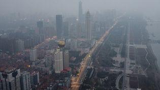 Vue aérienne de la ville de Wuhan (Chine), foyer de l'épidémie du nouveau coronavirus, le 27 janvier 2020. (HECTOR RETAMAL / AFP)