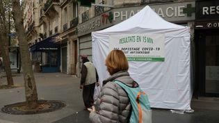 Une pharmacie à Paris propose des tests antigéniques, le 9 novembre 2020. (GUY GIOS / MAXPPP)