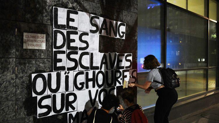 Lecollectif Collages féminicides Paris dénonce la répression des Ouïghours soumis au travail forcé. (FIORA GARENZI / HANS LUCAS VIA AFP)