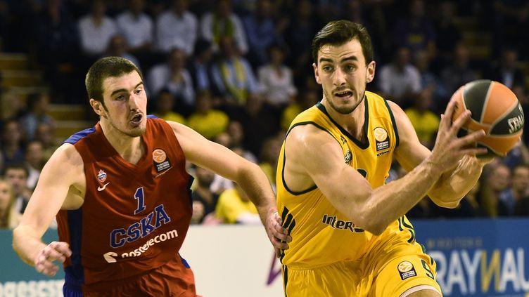Léo Westermann déborde Nando De Colo, mais le CSKA reste intouchable sur la scène européenne (PASCAL LACHENAUD / AFP)