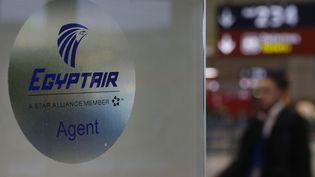 Le comptoir EgyptAir de l'aéroport Charles-de-Gaulle, à Roissy (Val-d'Oise), lejeudi 19 mai. (CHRISTIAN HARTMANN / REUTERS)