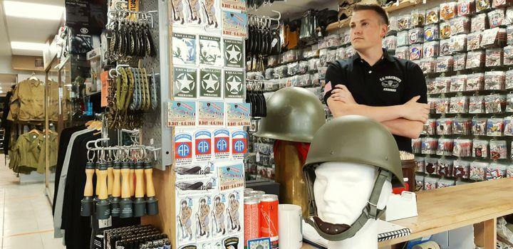 Un magasin de surplus militaires à Sainte-Mère-Eglise (Manche) qui accuse une lourde perte de chiffre d'affairesen raison de la crise sanitaire, le 5 juin 2020. (BENJAMIN  ILLY / RADIO FRANCE)