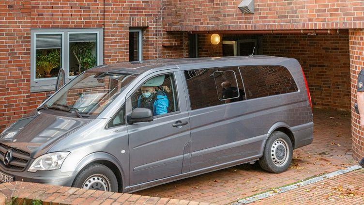 L'ancienne secrétaire du camp nazi escortée par une voiture banalisée au tribunal d'Itzehoe (Allemagne), le 30 septembre 2021. (MARKUS SCHOLZ / DPA / AFP)